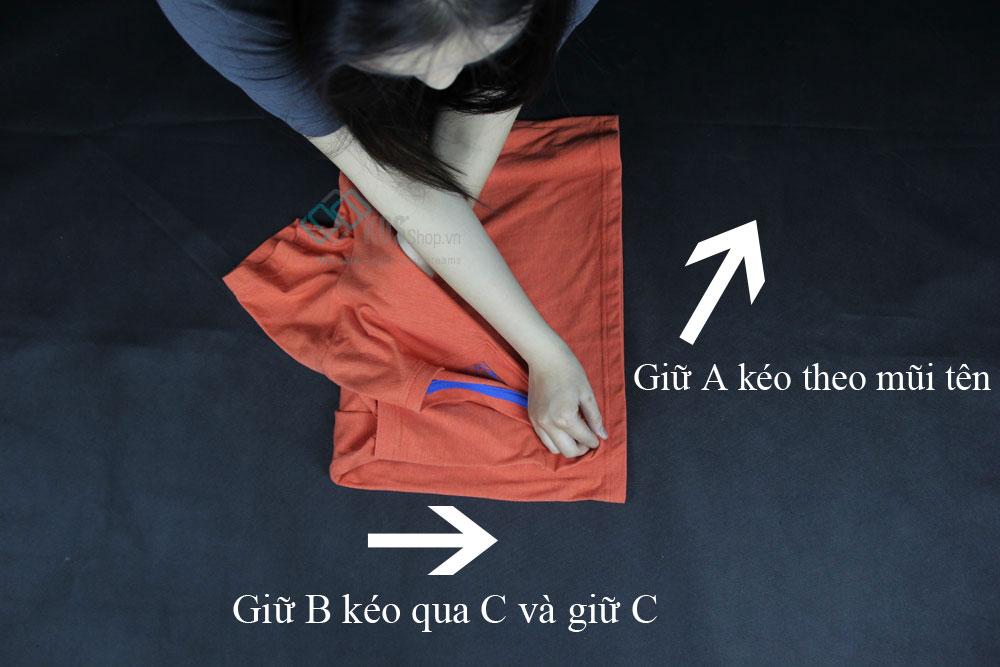 cách xếp áo thun và áo sơ mi bước 4